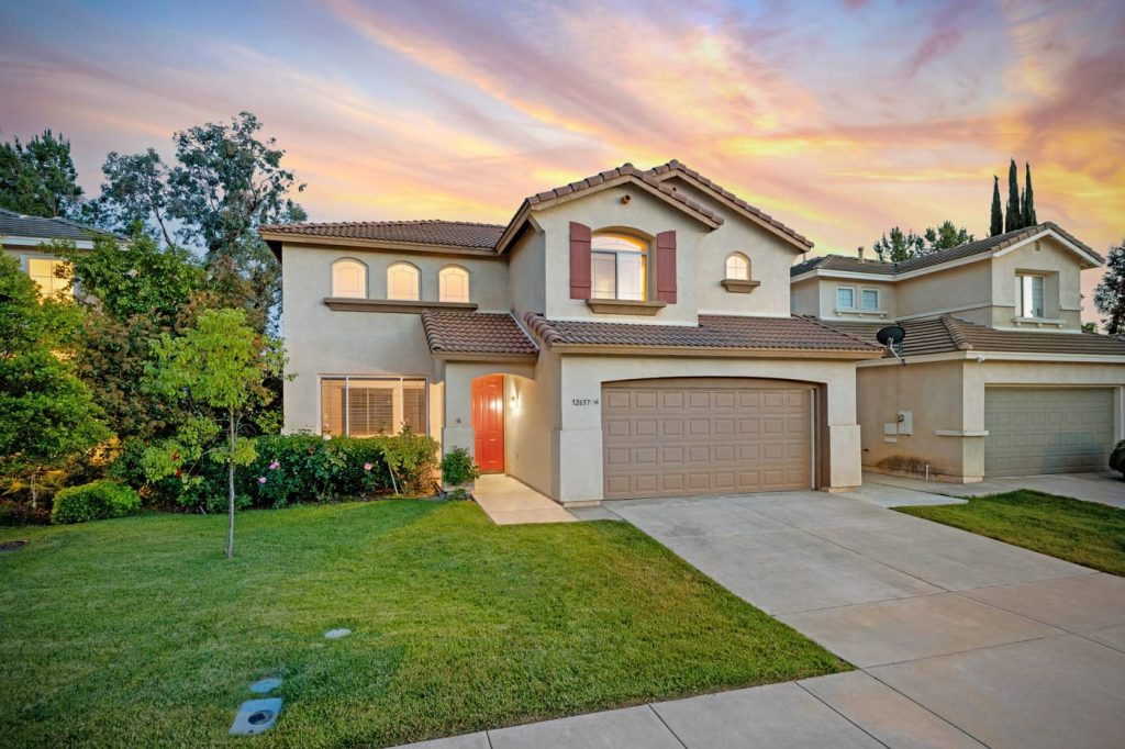 32657-guevara-drive-twilight-frontyard